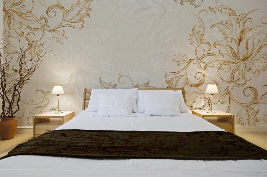 carta-parati-moderna-decorazioni-stile-barocco-ocra-camera-letto