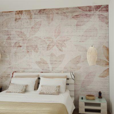 carta-parati-camera-letto-foglie-rosse-sfondo-chiaro-colori-sbiaditi-effetto-muro-rovinato
