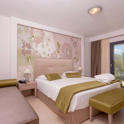 carta-parati-camera-letto-rose-petali-colori-pastello-verde-rosa-cp175